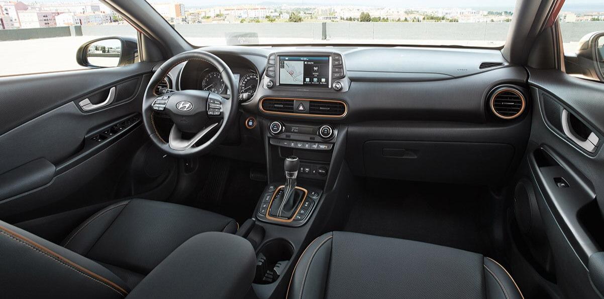 Hyundai KONA - interieur met oranje accenten