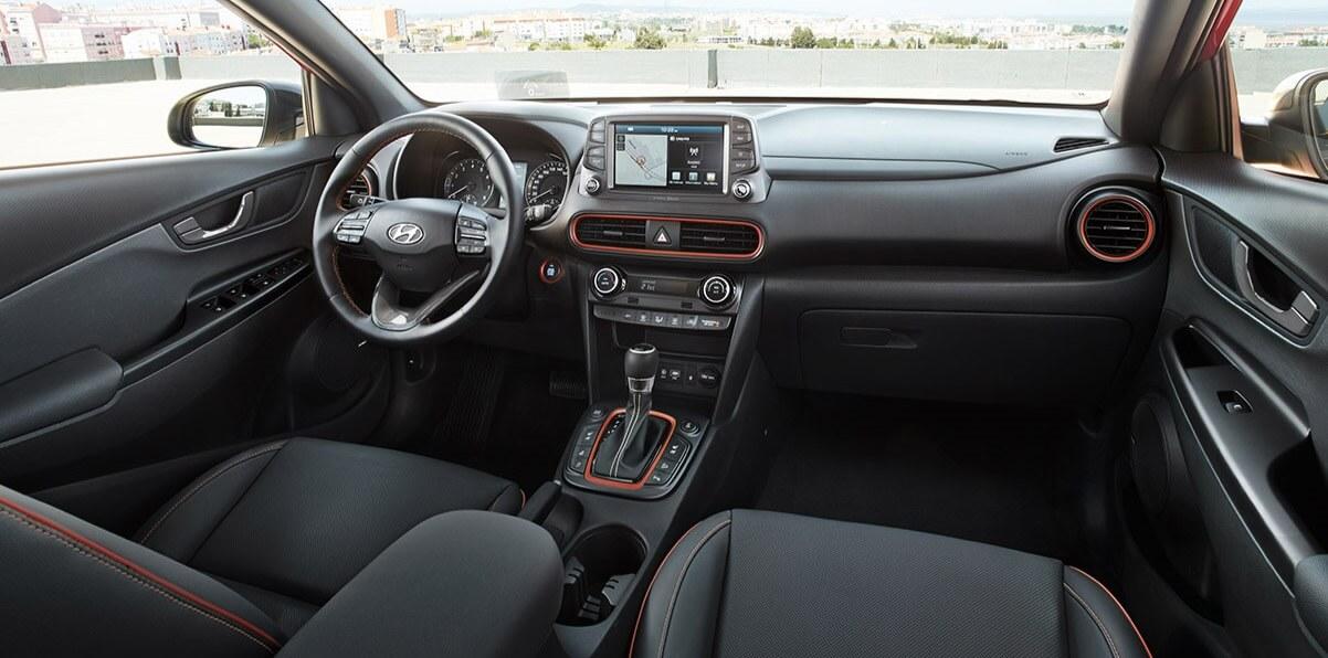 Hyundai KONA - interieur met rode accenten